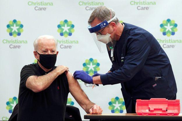JoeBiden recevant lundi la deuxième dose du vaccin contre le coronavirus.