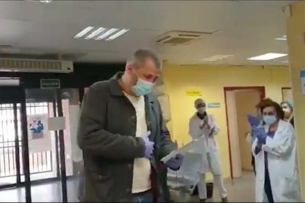 Ce chauffeur de taxi a été reçu par une haie d'honneur dans un hôpital, à Madrid.