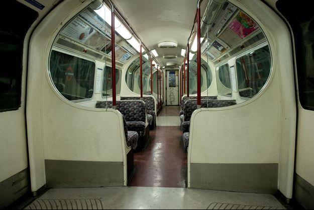 Une rame de métro vide à Londres.