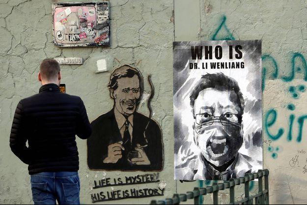 Le visage de Li Wenliang sur une affiche à Prague, en République tchèque, le 13 mars 2020.