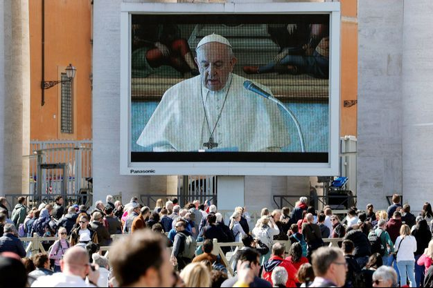 Le pape est apparu en vidéo avant de venir à la fenêtre.
