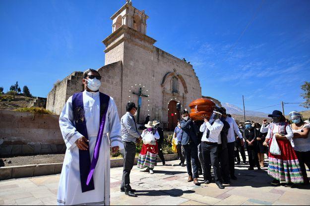 Les enterrements se succèdent au Pérou.