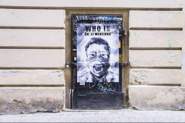 Le visage de Li Wenliang affiché sur un mur à Prague.