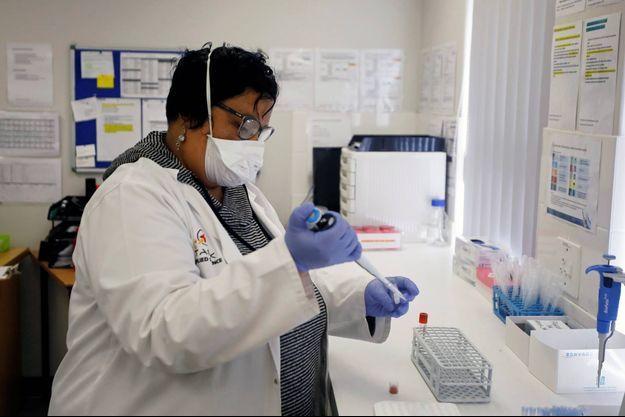 Une chercheuse dans un laboratoire de Cape Town. Les 400 citoyens du Malawi étaient de retour d'Afrique du Sud (image d'illustration).