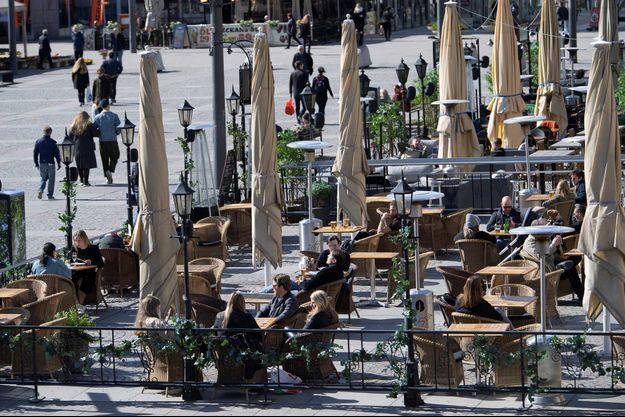 Des Suédois profitant du soleil à Stockholm, le 11 avril.