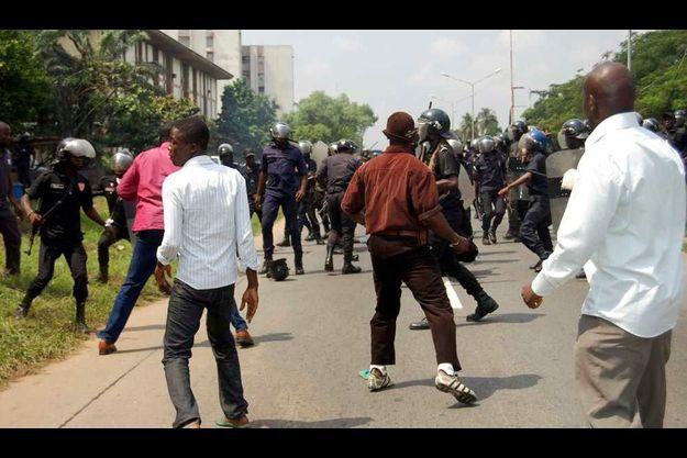 Des manifestations avaient déjà eu lieu devant la télévision d'Etat le 13 janvier à Cocody (Abidjan).