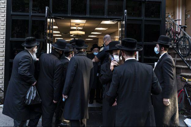 Des membres de la communauté juive orthodoxe après l'annulation d'un mariage à New York en octobre, où 10 000 invités étaient attendus.