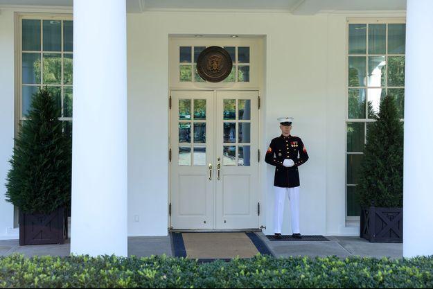 Un Marine se tient devant le Bureau ovale, preuve que Donald Trump y a repris place.