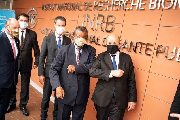 Lundi 8 juin à Kinshasa, le directeur de l'Institut National de Recherche Biomédicale, le professeur Jean-Jacques Muyembe accueille Jean-Yves Le Drian à dr. et, à g. le ministre belge des Affaires étrangères Philippe Goffin et le Commissaire européen à la Gestion de crises Janez Lenarčič.