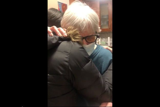 Evelyn Shaw est tombée en larmes en prenant sa petite-fille dans ses bras pour la première fois depuis plusieurs mois.