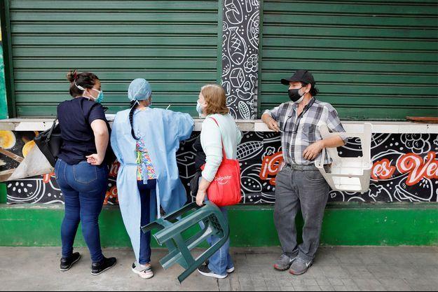 Une soignante prend les informations de patients venus recevoir leur deuxième dose de vaccin, en Russie.