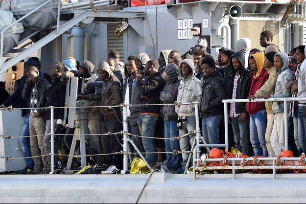 Des migrants sur le pont d'un navire de la marine italienne, samedi.