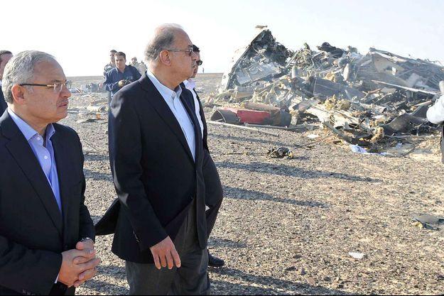 Le Premier ministre égyptien Chérif Ismaïl et le ministre du Tourisme sur les lieux du crash.