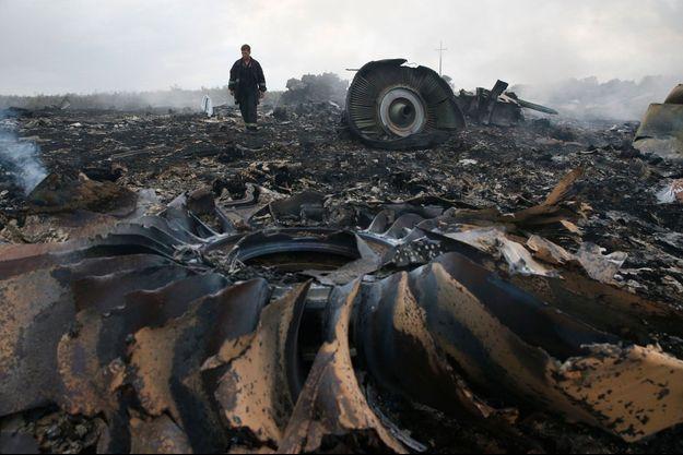 Des débris du MH17 sur le sol ukrainien.