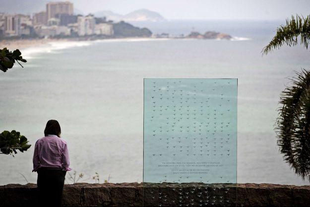 Une plaque à la mémoire des passagers morts dans le crash reliant Paris à Rio en 2009, à Rio de Janeiro.