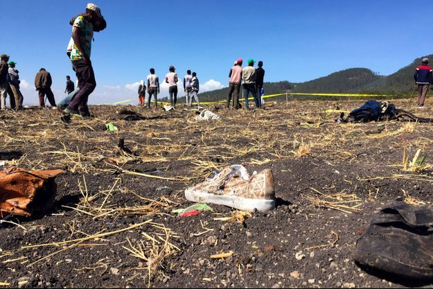 Sur les lieux du crash, à 60 kilomètres au sud d'Addis Abeba, dimanche.