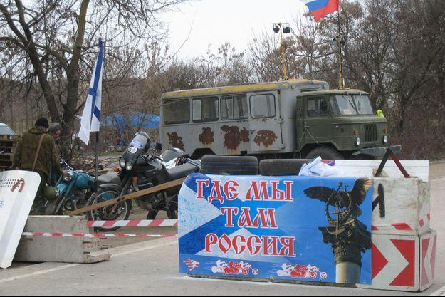 Un barrage de miliciens prorusses sur la route Sebastopol-Simferopol.