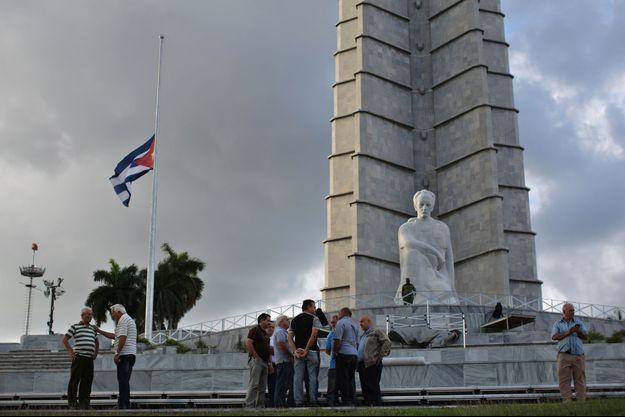 Des Cubains attroupés place de la révolution à La Havane.