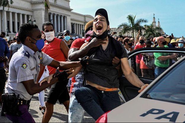 Arrestation musclée à La Havane le 11 juillet. Dans tout le pays, un mort, des dizaines de blessés, de personnes interpellées et de disparus.