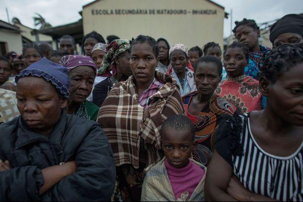 Des victimes du cyclone photographiées au Mozambique.