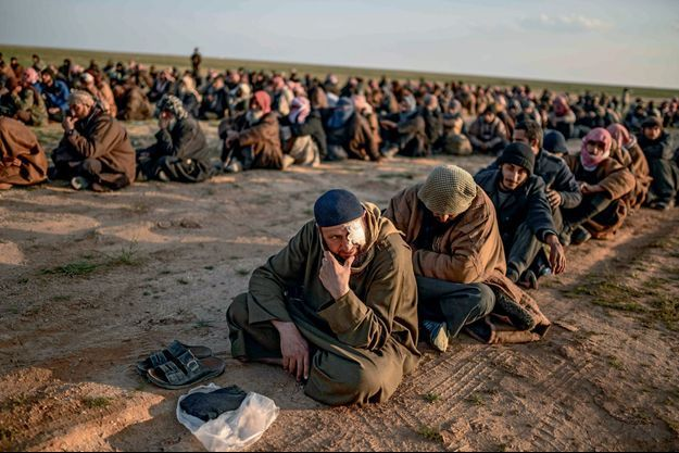 Le 22 février 2019, devant Baghouz, dernier réduit de l'Etat islamique. Des centaines d'hommes continuaient à s'en échapper.