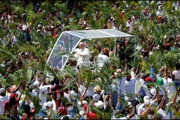 Sur l'île Maurice, en direction de Port-Louis, où le Pape célèbre la messe le 9 septembre.