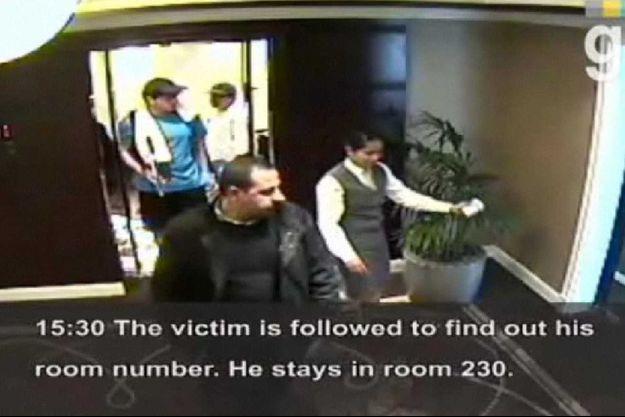 Le 19 janvier 2010. Mahmoud Al-Mabhouh, fondateur de la branche armée du Hamas (au premier plan), filmé par une caméra de surveillance dans le couloir de son hôtel. Derrière lui, deux agents déguisés en tennismen le suivent vers sa chambre.