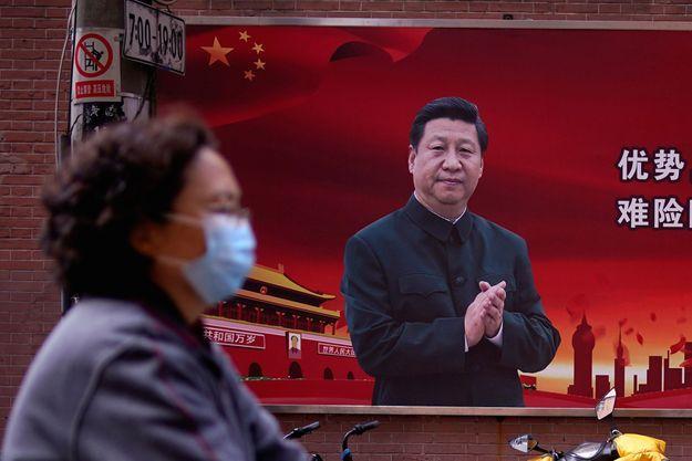 A Shanghai, une affiche à la gloire du président Xi Jinping.