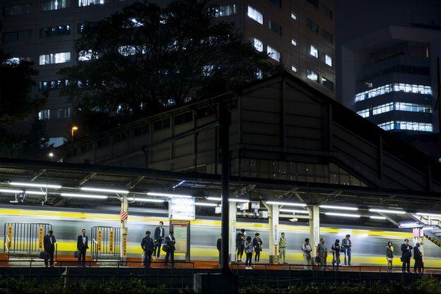 Sur le quai du métro, à Tokyo.