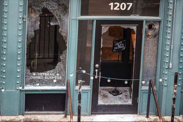 Devant The Hive, l'un des établissements de Jake Gardner, vandalisé lors des manifestations aux Etats-Unis.