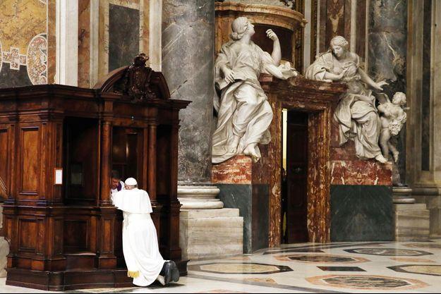 Pour montrer l'exemple, c'est dans ce décor grandiose que le pape se confesse auprès du père Rocco Rizzo, recteur du Collège des pénitenciers. Il attache une grande importance à ce sacrement.