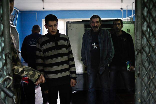 Des prisonniers pro-ukrainiens sont détenus dans une petite cellule de la base du bataillon Vostok , à Donetsk.