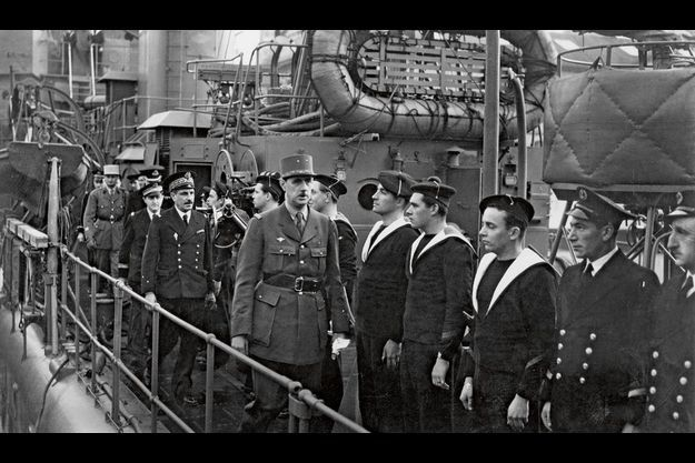 Précédant l'amiral Muselier, de Gaulle inspecte l'équipage du premier destroyer français libre.