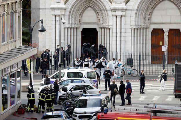 Les pompiers et policiers devant la basilique Notre-Dame de Nice après l'attentat, le 29 octobre 2020.