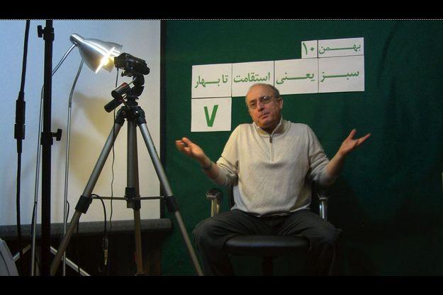 Mohsen Sazegara dans la cave de sa maison de Washington. Il y a bricolé un mini- studio de télévision d'où il envoie des informations aux Iraniens.