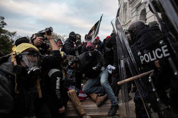 Les violences entre la police et les envahisseurs du Capitole.