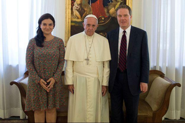 Le pape François pose sur une photo non datée avec l'Américain Greg Burke et de son adjointe, l'Espagnole Paloma Garcia Ovejero.