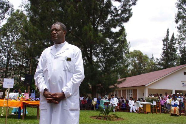 Denis Mukwege devant sa clinique de Panzi à Bukavu, dans l'est de la République démocratique du Congo.