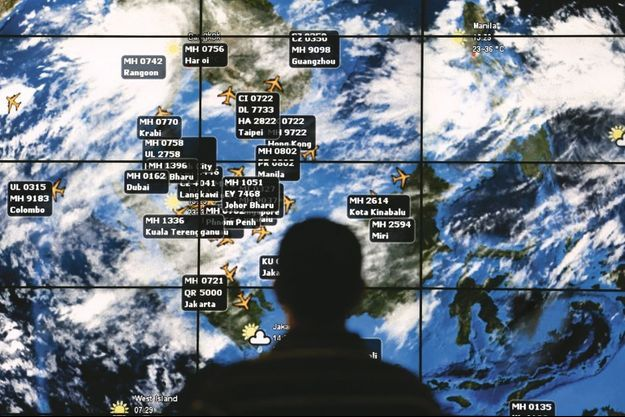 Un écran géant, à l'aéroport de Kuala Lumpur, permet de suivre l'avancée des vols en direct. Les employés ont attendu en vain le retour du MH370 à l'image.