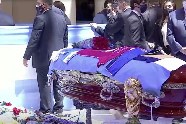 Ici, le cercueil du mythique attaquant, lors de la veillée funèbre organisée à la Casa Rosada, le 26 novembre.