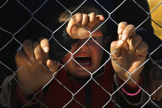 Un petit Kurde pleure à Suruc, ville turque où il a trouvé refuge avec sa famille, après avoir fui Kobané.