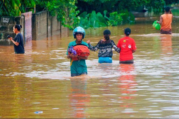 Plus de 50 personnes sont mortes dimanche lors d'inondations et de glissements de terrain dans l'est de l'Indonésie et au Timor oriental.
