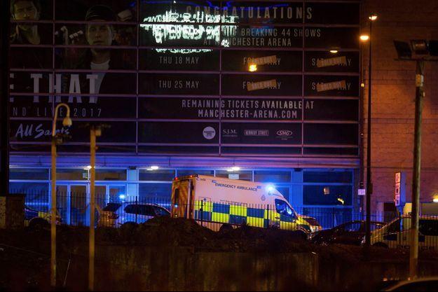 Les secours et la police sont sur les lieux de l'explosion à la Manchester Arena.