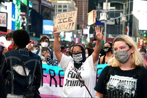 Des manifestants demandent la suppression la US Immigration and Customs Enforcement (ICE).