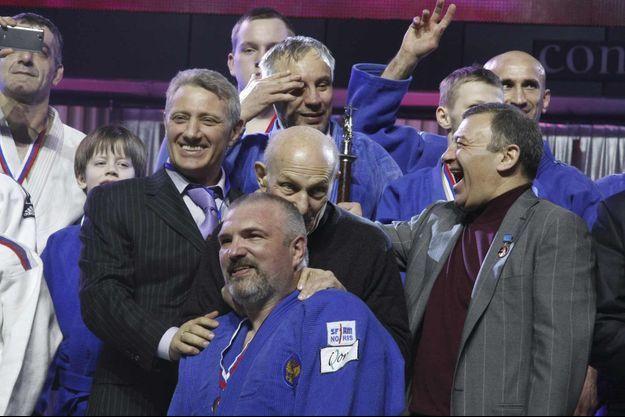 Boris Rotenberg (à gauche, en costume noir) et Arkady Rotenberg (à droite en costume gris), férus de judo et amis de Vladimir Poutine, sont cités dans les Panama Papers.