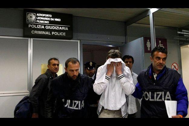 L'homme a été rapidement maîtrisé et arrêté dès l'atterrissage par la police italienne.