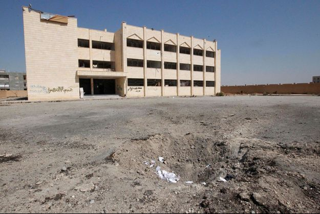 Un école de la ville de Raqqa, en Syrie, le 29 septembre, visée par un bombardement de l'armée loyaliste. C'est dans cette ville qu'ont été enlevés Nicolas Hénin et Pierre Torres.