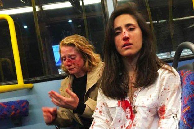 Melania Geymonat et son amie en sang, dans le bus.