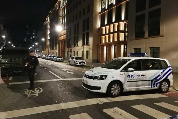 Une voiture de police non loin de l'attaque de vendredi soir, à Bruxelles.
