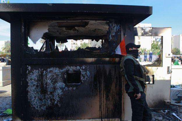 Check-point américain incendié à Bagdad, le 1er janvier 2020.